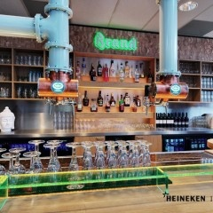 Heineken Interieur Design levert kwaliteit  In Schijndel vindt u Le verre, gevestigd in een fantastische 'glazen boerderij' waar sfeer, gezelligheid en kwaliteit de sleutelwoorden zijn. Dit ziet u terug in de aankleding van het Grandcafé, maar ook in de overheerlijke gerechten en de bediening met een glimlach. Het restaurant heeft een warme aankleding, waar sfeervolle elementen gecombineerd worden met de moderne uitstraling waar de Glazen Boerderij om bekend staat.