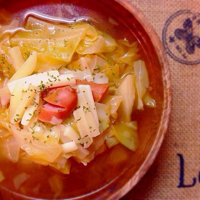 ケチャップを入れて 味に少し変化を꒰๑꒪⃙⃚᷄ꑣ꒪⃚⃙᷅๑꒱ とろけるチーズ、 合う〜☆ - 111件のもぐもぐ - ソーセージとキャベツのトロチーズのせ♡コンソメスープ♪ by satomi330