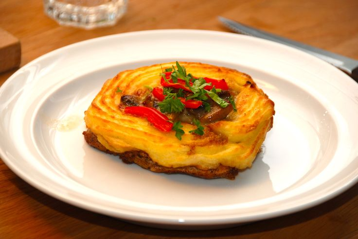 En super lækker opskrift på koteletter med kartoffelmos og champignon a la creme, hvor hvor hele retten er samlet på koteletten. Koteletter med kartoffelmos er faktisk ret smart, da hele retten sam…