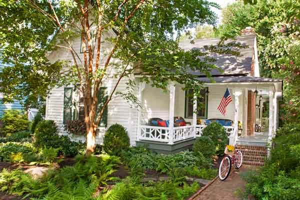 """Stripped of its details and """"modernized"""" in the 1980s, this Victorian-era house had lost its charm—until a discerning homeowner helped it regain its period feel"""