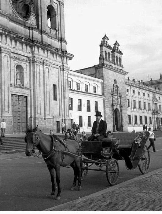 LA BOGOTÁ DE ANTAÑO: Antiguos coches turísticos. - 1969 - Foto de Manuel H. Rodríguez, publicación de Joselh Hómez.