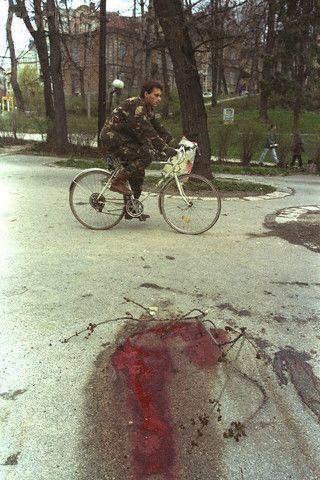 [ Bosnian Genocide ] Blood in Sarajevo, Serb snipers kill civilians on a daily basis (Brauchli David, April 1, 1995.)  (Genocid u Bosni, Genocid nad Bosnjacima)