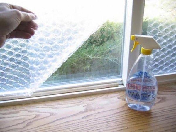 Aísla tus ventanas del frío colocando plástico de burbujas en ellos, ayuda a fijarlos con un poco de agua.