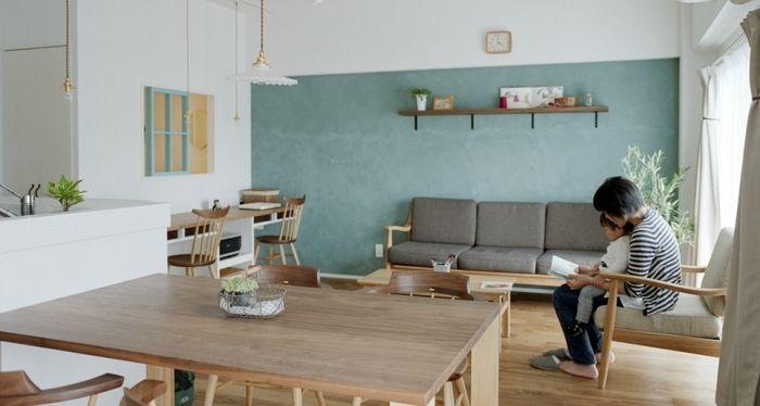 オリーブグリーンのアクセントウォールが爽やかなリビングダイニング。カウンターやペンダントランプも取り入れられているナチュラルモダンなおへやです。ソファの肘掛け部分とダイニングテーブルが白木に近い色合いでまとめられており、統一感があります。