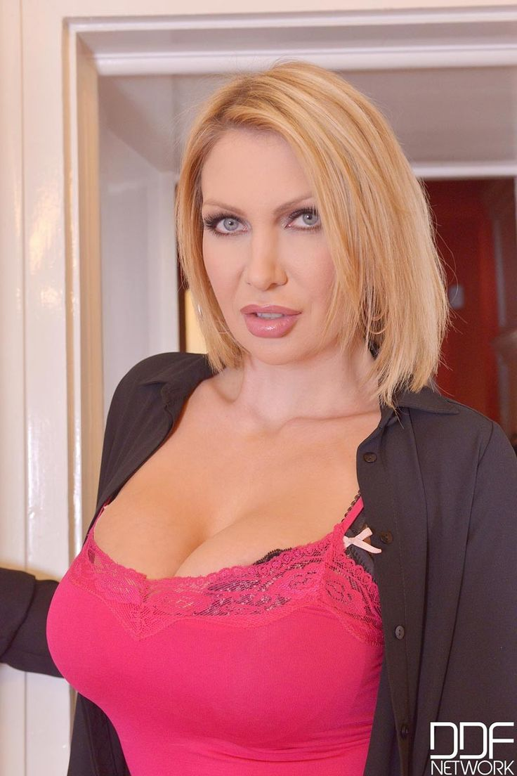 Leigh Darby is a busty MILF #Cleavage #Rack