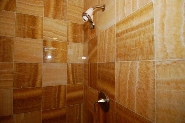 Honey onyx tile bathroom google search onyx pinterest for Onyx bathroom design