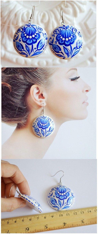 Blu orecchini di legno rotondo con mano dipinto gioielli fatti a mano da sposa orecchini Idea regalo per il suo blu e bianco espressiva gioielli Folklore di VivaArcenciel su Etsy https://www.etsy.com/it/listing/237285893/blu-orecchini-di-legno-rotondo-con-mano
