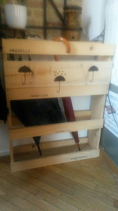 Portaombrelli fatto con gabbia in legno
