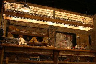 リクレイムドウッド&メッシュ 照明 古材とメッシュで組んだ箱に ガス管照明を組み合わせました