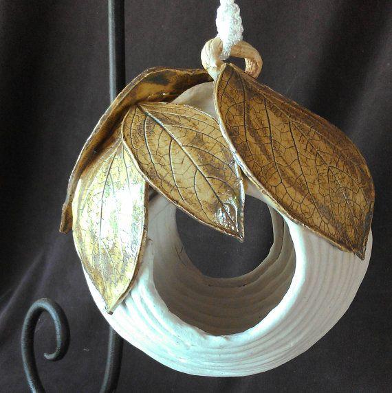 Items similar to Suspendu enroulé de maison d'oiseau en céramique ou Feeder avec kaki pressée de feuilles, fleurs on Etsy