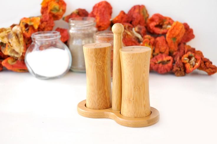 Robiola Tuzluk Biberlik çok hafif bir ürün olup tutma başlığı sayesinde pratik bir şekilde taşıyabileceğiniz bir baharatlıktır.     Ürün Boyutları (cm) : 13.5x13.5x20