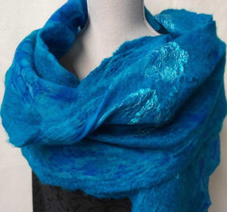 Aqua blauwe nuno felt sjaal. Zijde, wol en vilten shawl, handgemaakt voor dames. door GitaKalishoek op Etsy