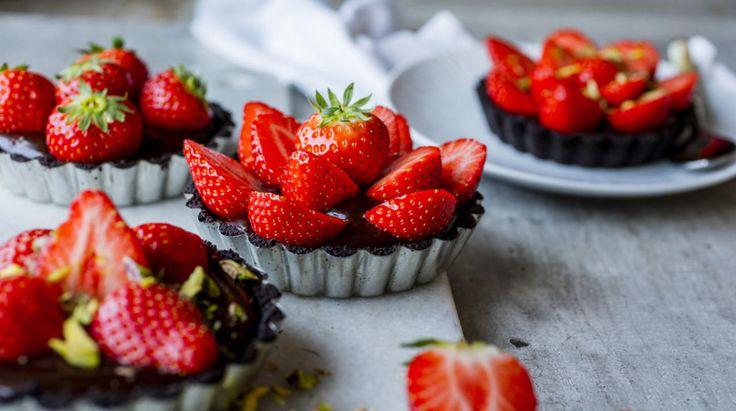 Jordbær OG sjokolade. Det blir ikke bedre enn dette. Lag fire små terter eller en stor terte. Like godt blir det! Tips: Hvis ikke tertene skal serveres med det samme bør de oppbevares i kjøleskapet. Vent med å legge på jordbær til rett før servering.