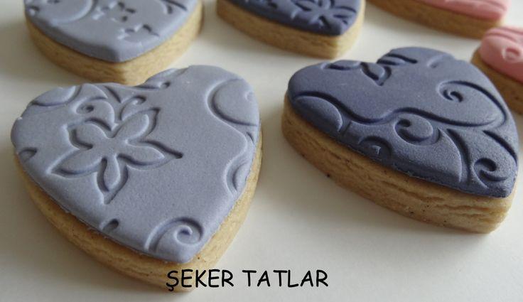 Sade tasarımıyla kendinden desenli kalp butik kurabiyeler...