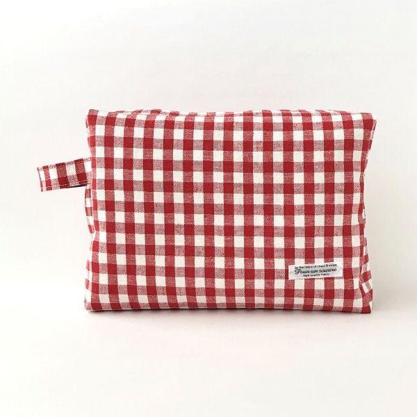 赤と白のブロックチェック柄綿麻生地のボックス型ポーチです。おむつポーチとしても使えるように大きめサイズに仕立て、持ち手を付けました。折り畳んで棒状に巻いたフェイスタオルが3本入る大きさで、お化粧品をまとめたり、旅行時に荷物を整理したりするのにも便利なサイズです。ファスナーの開閉がスムーズにできるように両端にタブを付けました。内布はシンプルなダンガリー生地で、ポケットを2つ付けました。表布、内布どちらにも接着芯を使用し、しっかりとした張りのある仕上がりです。●カラー:赤×白●サイズ:縦17cm横24cmマチ7.5cm持ち手16cm●素材:綿麻、綿、接着芯、タグ、35cmファスナー●注意事項:モニターと実物では色が異なって見える場合があります。ひとつひとつ手作りしていますので、柄の出方や縫い目等に個体差があります。手作り品の良さとしてご理解いただけると幸いです。綿麻生地にはネップと呼ばれる糸の塊が所々にあります。天然素材の風合いとしてお楽しみください。●作家名:aianz#おむつポーチ #お出かけ #収納 #おむつバッグ #おしゃれ #大人かわいい #定番育児アイテム #外出…