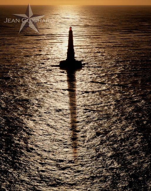 Phare de Cordouan au soleil couchant.  Erigé entre 1548 et 1611, il est le plus ancien phare en activité en France. Situé dans l'embouchure de la Gironde, sur un banc de sable qui était autrefois une île ; Augustin Fresnel, inventeur de la fameuse optique qui équipe presque tous les phares dans le monde, y installa le premier modèle en 1823. Situé près de Bordeaux, on le surnome le roi des phares et le phare des rois.