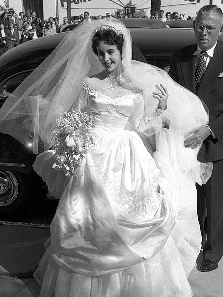 Elizabeth Taylor Wedding Dress | abito in raso di seta tempestato di perle ha una linea ...