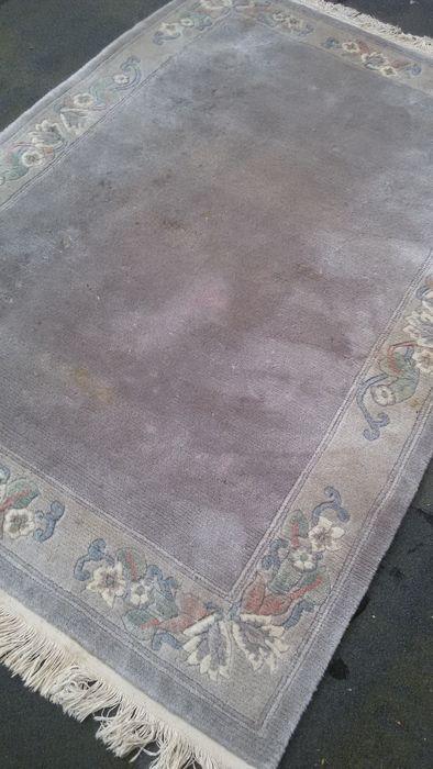 Tibet in ijsblauw met accenten in pasteltinten Dit is een handgeknoopt tapijt, gemaakt van duurzame, natuurlijke materialen. De manier van knopen en diversiteit in patronen maken ieder kleed tot een uniek en benadrukken het authentieke en ambachtelijke karakter. Het betreft hier een gebruikt tapijt, mooier en karaktervoller geworden in de loop der jaren.   Afmetingen 205 x 139 cm materiaal wol op katoen  verzending met verzekering