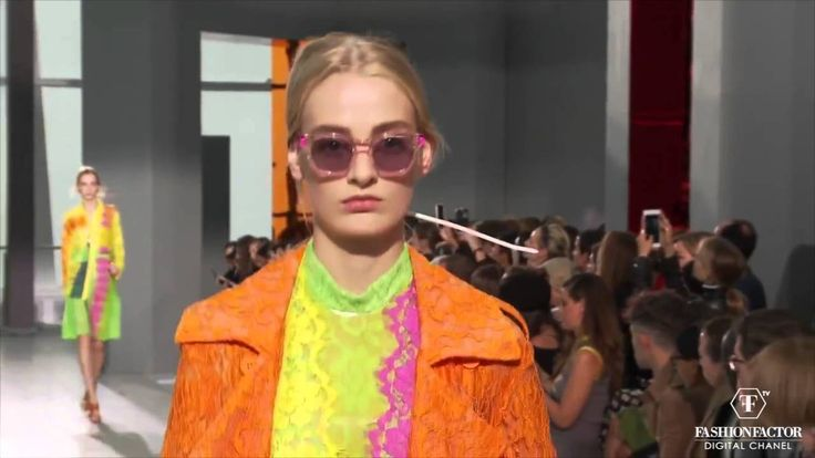 This Spring Summer 2016, Christopher Kane surprise us with his electric fusion of color and shapes. We can see his signature neon lace in combinations of orange , yellow and lime green.