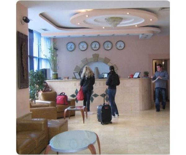 Hotel Sir orhideea  se afla  langa Gara de Nord, chiar  langa hypermarketul Carrefour.  http://www.hotel-bucuresti.com/hoteluri/hotel_sir_orhideea-89.html