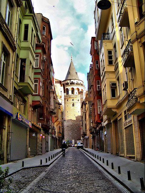 Street to Galata Tower in Istanbul, Turkey (by JRaptor).