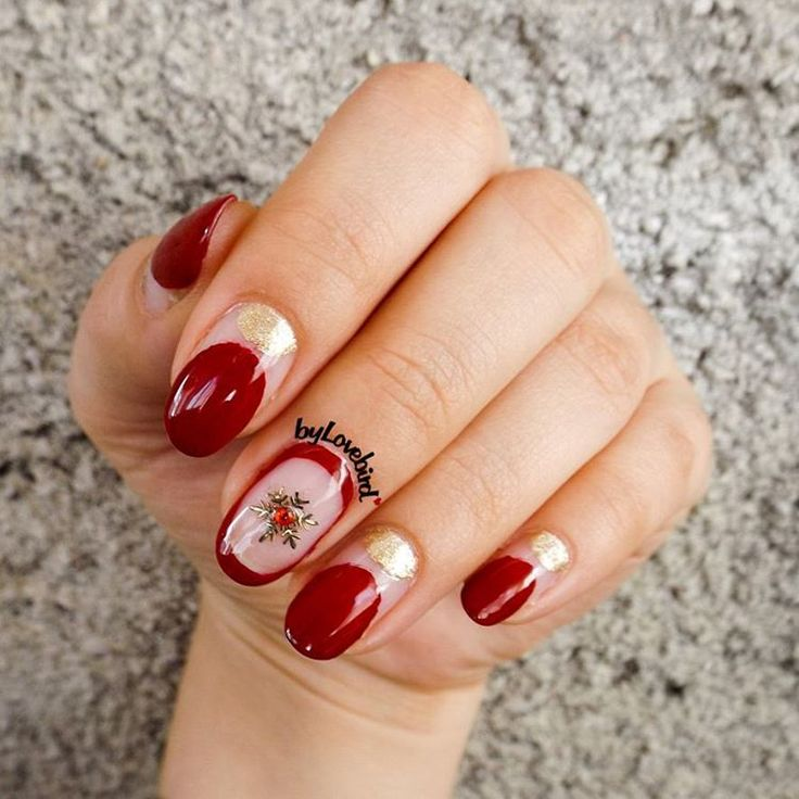 Red Elegant Snowflake Nail Art byLovebird  #red #nails #rednails #elegant #elegantnails #snowflake #snowflakenails #winter #winternails #winternailart #nailart #nail #minimalist #minimalistnails #christmas #christmasnails
