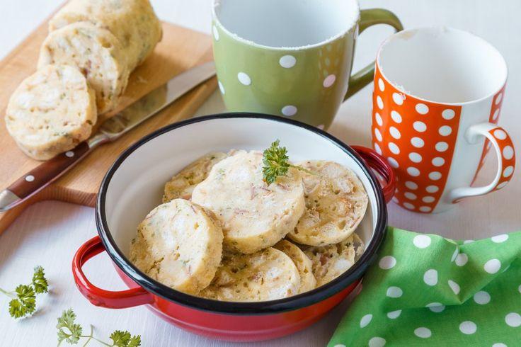 Knedlíky jednoduše uvaříte v každém hrnečku. Těsto vložené do hrnků můžete různým způsobem dochutit. Například šunkou, žampiony, bylinkami, semínky a třeba i listovým špenátem.
