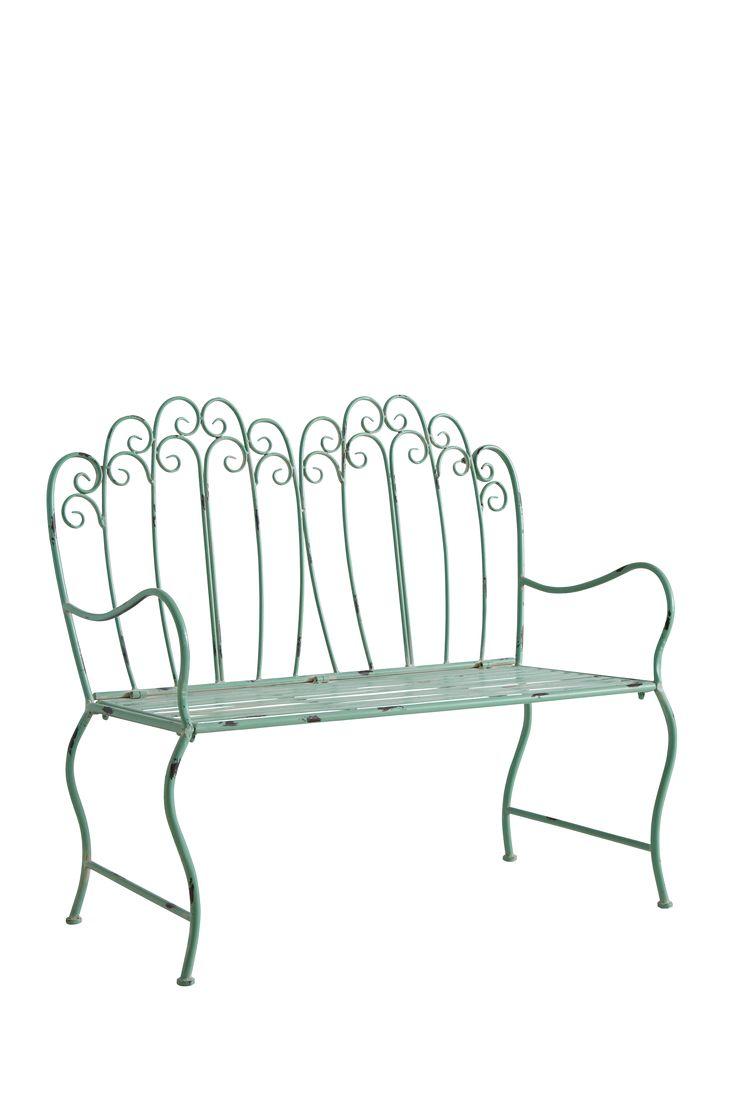"""Vacker trädgårdssoffa i romantisk stil tillverkad helt i metall med avskavd, patinerad yta. Mått: 114x56 cm. Höjd 102 cm. Sitthöjd 46 cm. Sittdjup 43 cm. Levereras omonterad. Fraktvikt 34 kg. Läs om Fraktvikt under fliken """"Leverans""""."""