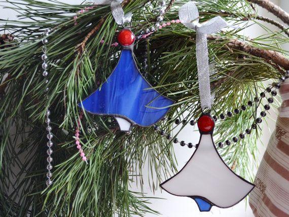 Pour vous ici est fabriqué à la main ornements d'arbre de Noël en verre teinté avec un design original. Il s'agit d'un ensemble de deux beaux ornements en couleurs blancs, bleus et rouges. Il est moderne, lumineux et joyeux. Ce décor aura fière allure dans les branches de votre arbre de Noël cette année. De votre choix, cette décoration de Noël conviendra pour orner votre fenêtre comme un capteur, un décor de mur ou même au rétroviseur de votre voiture. Et c'est une idée cadeau adorable pour…