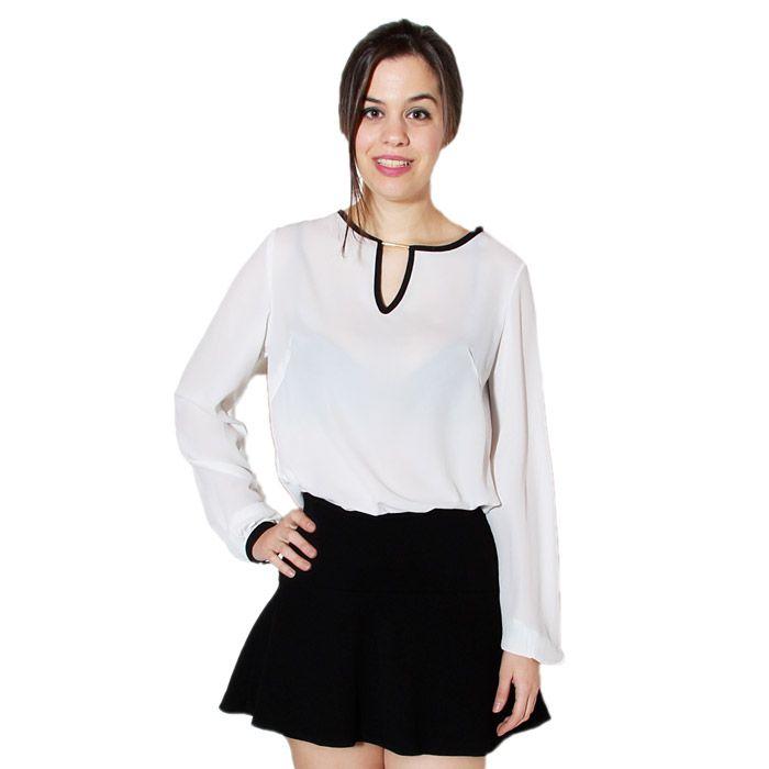 Camisa blanca con detalles de botones en la espalda.
