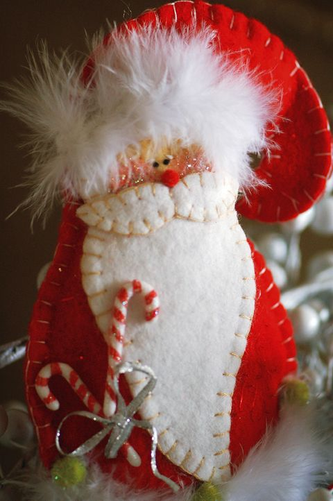 How sweet is this Santa ornament made from felt? Free pattern included!