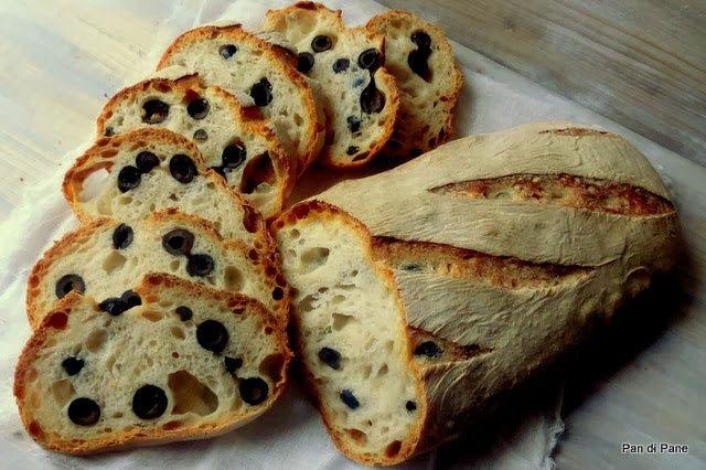 VivalaFocaccia || Questa ricetta di pane condito con olive nere, oltre ad essere facile e d'effetto, si presta come base per tanti altri condimenti.