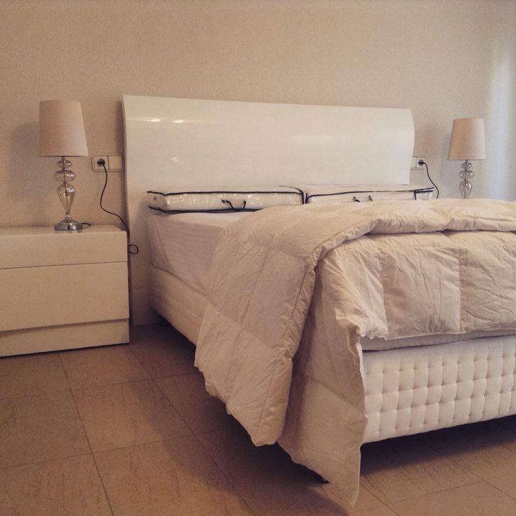 Hoy queremos mostraros este #moderno #dormitorio de #Piferrer el lava alto brillo en #blanco recién instalado junto a un conjunto de #colchón y #canapé modelo #Quercus (la joya de la corona de #Terxy) abrigado con un #edredón #nórdico de #plumas de #Gobby y unas delicadas #lámparas de cristal en tono neutro, la #decoración del #dormitorio quedara para la privacidad de nuestros clientes.