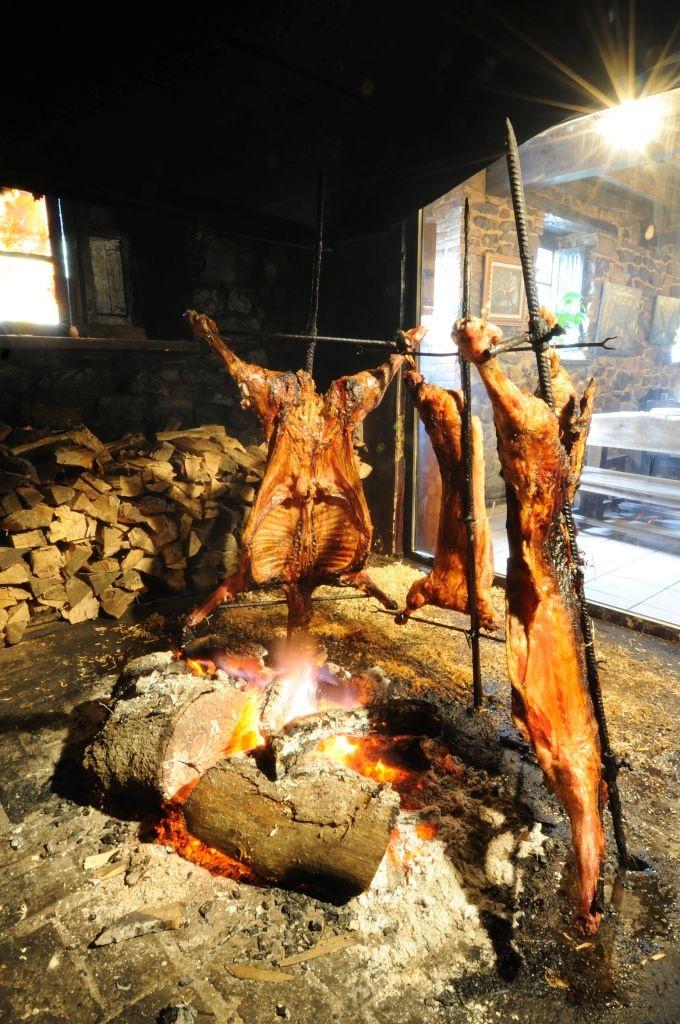 Cordero a la estaca, una forma típica de degustar esta carne en Asturias y mejor forma de disfrutar del turismo rural. // Roast lamb on a stake, a typical way of tasting this meat in Asturias and the best way of enjoying rural tourism.
