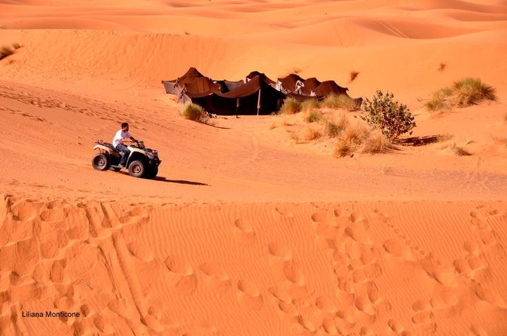 Divertimenti nel deserto del Sahara.  Funny activity in the Sahara desert.