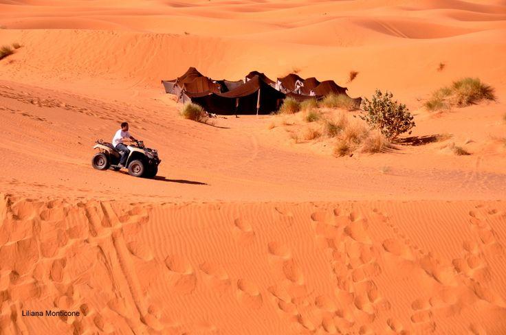 Divertimenti nel deserto del Sahara.  Funny activity in the Sahara desert.