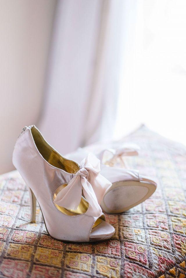 #strik #roze #pumps #bruidsschoenen #trouwschoenen #bruiloft #trouwen #bruiloft #inspiratie #wedding #bridal #shoes #heels #pink #inspiration #vintage | Roze bruidsschoenen | ThePerfectWedding.nl | Photography: Rox and San