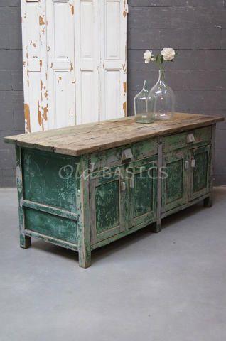 Dressoir 10173 - Stoer oud houten dressoir met groen en grijze kleuren. Het blad bestaat uit prachtige doorleefde balken, de achterzijde van de kast is ongeverfd. In het meubel zitten twee lades, achter de deurtjes een legplank.