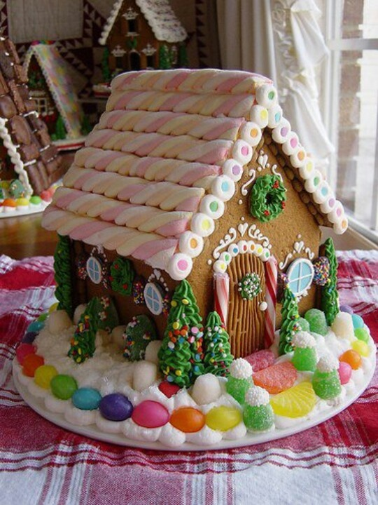 Pastel navideño. Gingerbread house with twisted marshmallow treats.