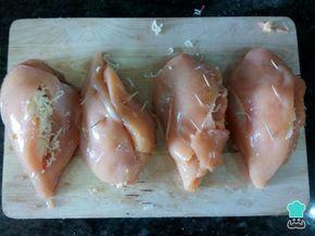 Aprende a preparar pechugas de pollo rellenas al horno con esta rica y fácil receta. ¿Quieres hacer unas pechugas rellenas al horno jugosas y con un toque de albahac...