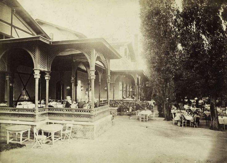 Kisszálló (Ybl Miklós, 1863-1867), aljában a Felső Vendéglővel. A felvétel 1880-1890 között készült. A kép forrását kérjük így adja meg: Fortepan / Budapest Főváros Levéltára. Levéltári jelzet: HU.BFL.XV.19.d.1.06.034