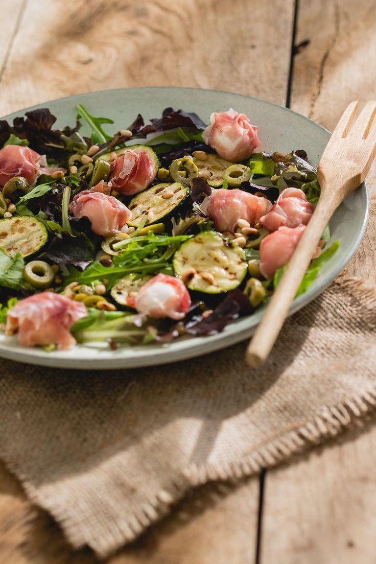 Salade met mozzarella bolletjes omwikkeld in serranoham. Een snel recept voor een lekkere salade met een Italiaanse dressing.  via @theanswerisfood