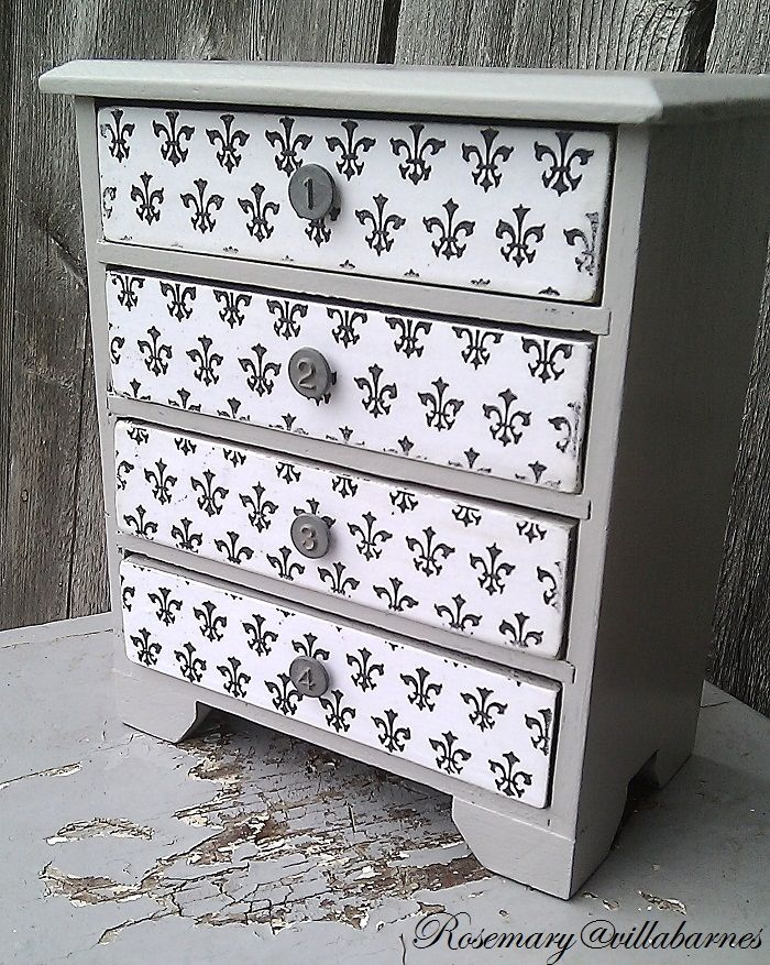 Rosemary from Villa Barnes painted this chest - how gorgeous is this???