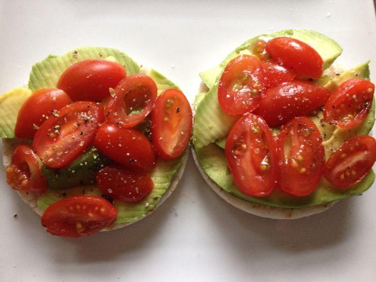 Favoriete lunch: Rijstwafels met Heksenkaas (tomaat-basilicum) Avocado, Tomaat en peper en zout!