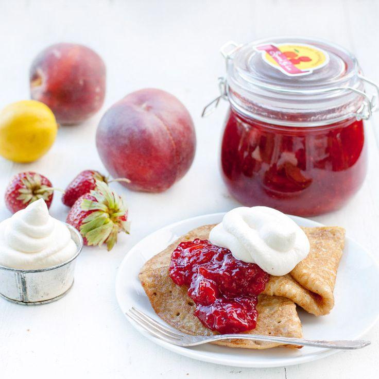 Koka en urmumsig jordgubbs- och persikosylt och ha till pannkakorna, i filmjölken eller som fyllning i småkakorna!