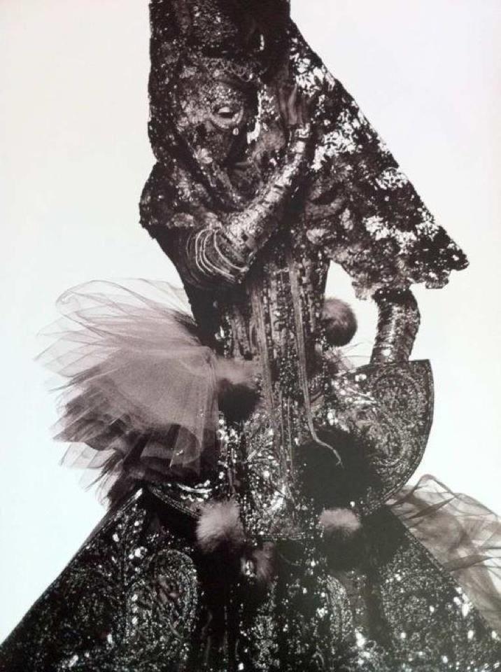 Cela zahalena, luxusna vdova, cierna carodejnica, samanka 2004 -Madonna for Steven Klein's X-STaTIC PRO=CeSS