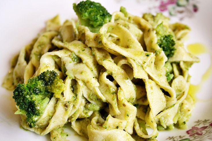 Domácí těstoviny s pestem a brokolicí