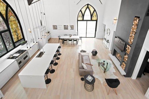 Linc Thelen Design et Scrafano Architects ont transformé une église en une maison pour une famille avec trois jeunes enfants, à Chicago, dans l'Illinois. L'église, dispose de 7 chambres et 6 salles de bains. La grande salle profite d'une hauteur sous plafond de plus de 6,5 m.  Décoration et finitions marient noir et blanc, avec des touches de bois et des luminaires variés. Linc Thelen Design a conçu et personnalisé un grand nombre de détails de la maison: mur d'escalade, la table à manger...