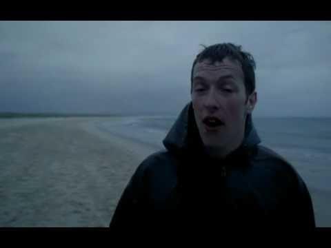 Coldplay - Yellow.   Cuántas veces habré escuchado esta canción. La cara de Cris Martin en este video es TODO.