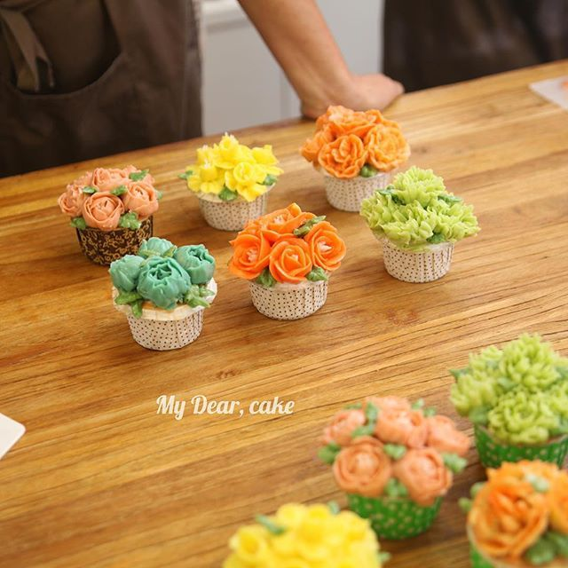 - Floral cupcakes - With @my_flowercake HK  And @fiona_mummy - - #flowercake  #koreacake #cakedesign #cakeart #artist #cakeartist #baking #bakingclass #cakeclass #mydearcake #bakingstudio #플라워케이크 #flowercakeclass  #cakeclass #เค้กช่อดอกไม้ #เค้กดอกไม้ #鮮花蛋糕 #singaporecakes #cupcakes #floral
